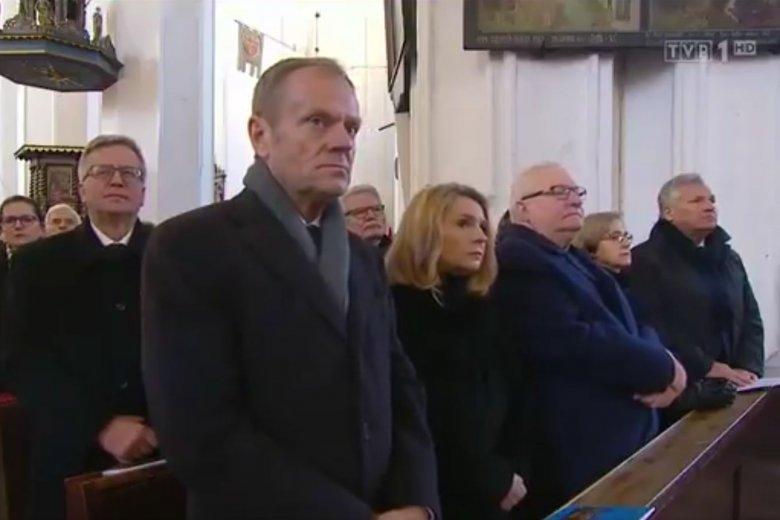 """""""Wiadomości"""" zestawiły Donalda Tuska z """"językiem nienawiści"""", choć takiej sceny nie było na pogrzebie Pawła Adamowicza"""