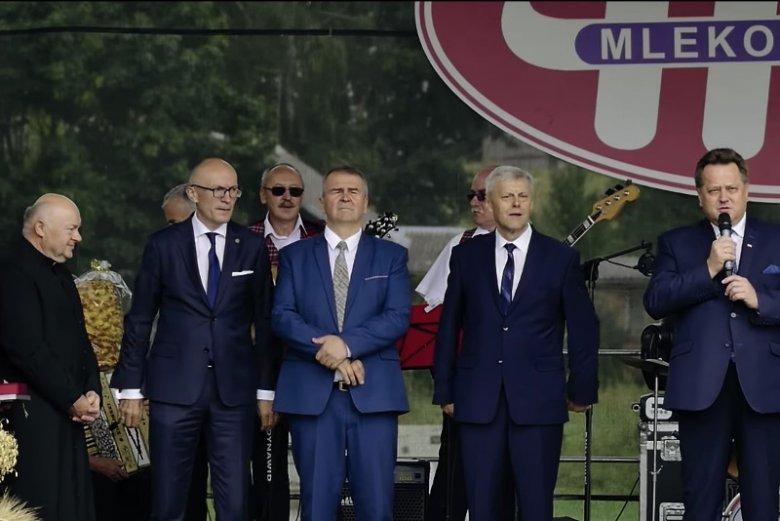 Gminne dożynki 2017. Wójt Józef Grochowski stoi obok przemawiającego wiceministra spraw wewnętrznych i administracji Jarosława Zielińskiego.