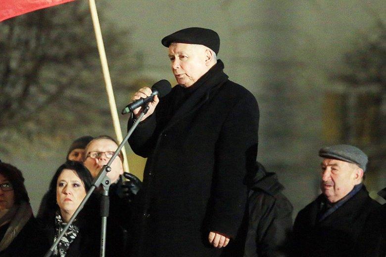 Prezes PiS Jarosław Kaczyński stracił nerwy na widok... białych róż w rękach przeciwników upolityczniania katastrofy smoleńskiej.