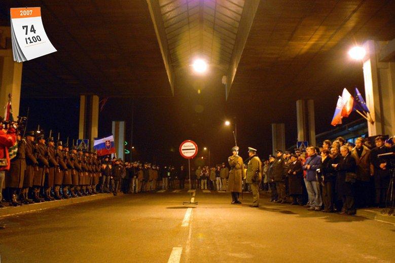 Do układu z Schengen Polska dołączyła 21 grudnia 2007 roku. Na zdjęciu uroczystości na granicy polsko-słowackiej w związku z przystąpieniem Polski i Słowacji do strefy ruchu bezwizowego