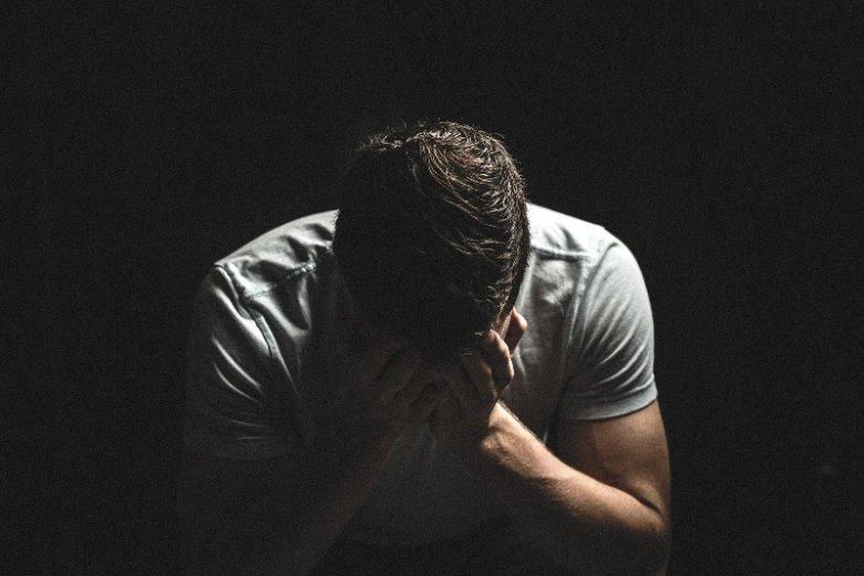 Epizody mają wpływ nie tylko na chorego, ale i jego najbliższych. Wiele osób nie potrafi zrozumieć na czym polega zaburzenie