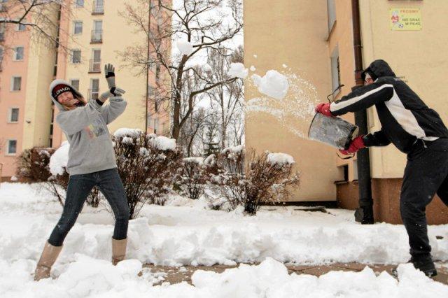 W wielu miejscach Polski w Lany Poniedziałek ludzie rzucali się dziś śnieżkami.