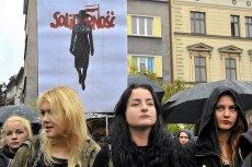 """Dzięki """"Solidarności"""" prokuratura zainteresowała się kobietami, które stworzyły takie plakaty. Szczucie na protestujące Polki to ostateczny upadek związku."""