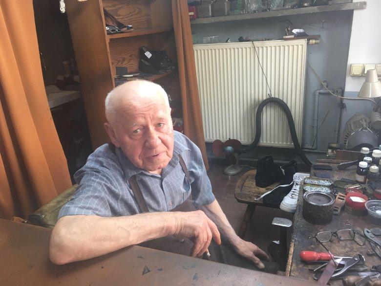 Szewc Adam ma prawie 80 lat, w zakładzie przy Śniadeckich 1/15 pracuje od blisko 40 lat.