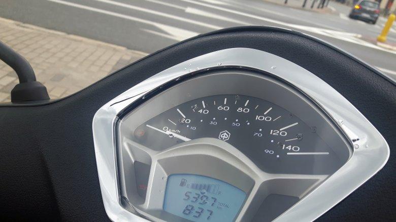 Liczby na cyferblacie są wypisane trochę na wyrost. Osiągnięcie 120 prędkości 120 km/h graniczy z cudem.