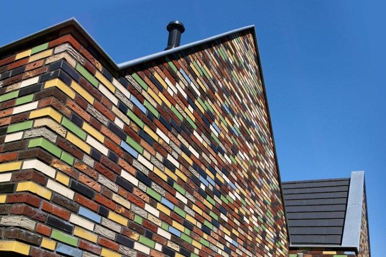 Zastosowanie kolorowego klinkieru na elewacji pokazuje ciągłość. Kolorowe cegły zachwycały w starożytnym Babilonie, tak samo jak i dziś