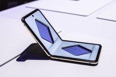 Samsung Galaxy Z Flip to smartfon ze składanym, szklanym ekranem.