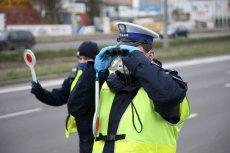 Policjanci zatrzymują samotnych rowerzystów. Pytają ich o cel podróży i wlepiają mandaty. Chodzi o walkę z koronawirusem.