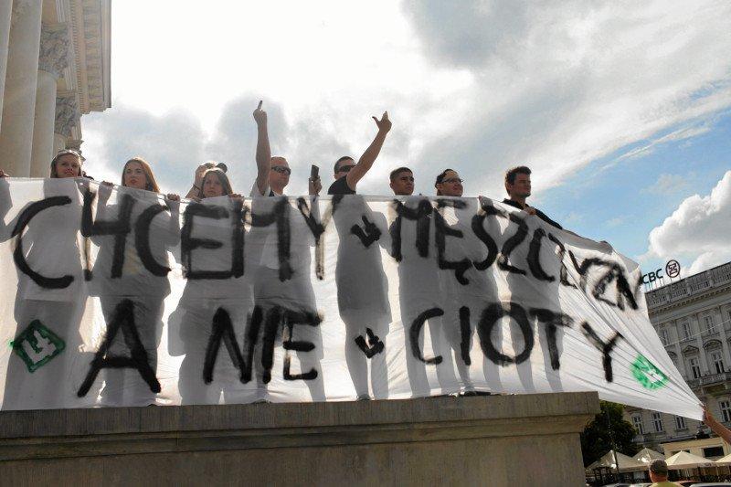 Trybunał Sprawiedliwości Unii Europejskiej stwierdził, że pojęcie małżonka odnosi się także do par osób tej samej płci – czy w Polsce to coś zmienia? Na zdjęciu kontrprotest wobec Parady Równości w Warszawie w 2013 r.