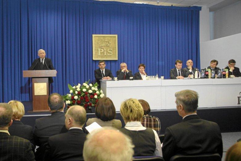 Zdjęcie z 2011 r., posiedzenie Rady Krajowej PiS. Krzysztof Sobolewski siedzi tuż obok mównicy.