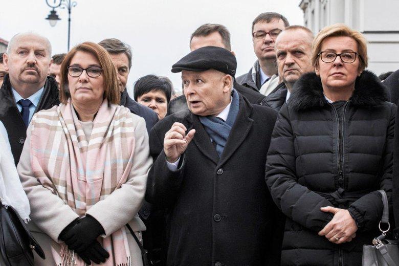 W PiS twierdzą, że w sprawie zwrotu nagród i obniżek pensji stoją murem za prezesem Kaczyńskim. Przynajmniej oficjalnie...