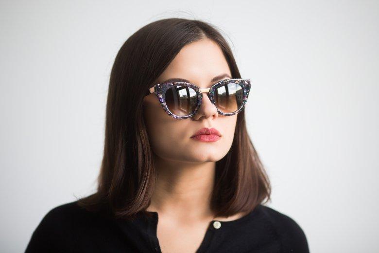 Okulary marki Thierry Lasry wykonane są z celulozy uzyskiwanej z kwiatów bawełny.
