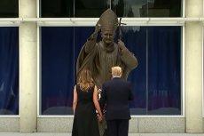 Melania i Donald Trump przy pomniku Jana Pawła II. Arcybiskup Waszyngtonu skrytykował prezydenta USA.