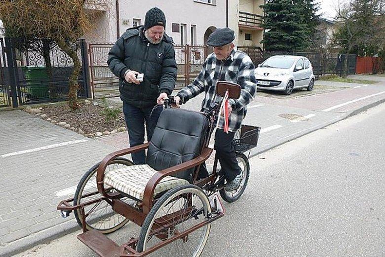 Tomasz Wierzchoń przekazuje nową rikszę panu Zdzisławowi