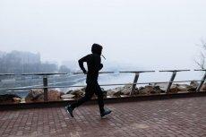Bieganie zimą po ulicach polskich miast nie jest najzdrowsze. Alternatywa? Można biegać pod dachem