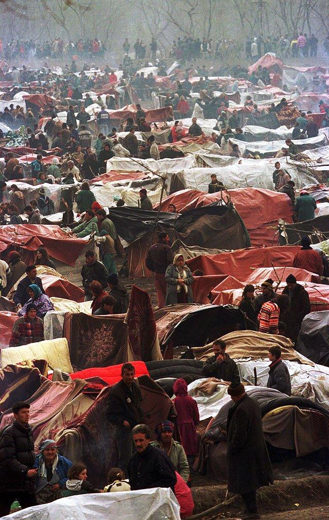 Kadr autorstwa Jerzego Gumowskiego przedstawiający życie uchodźców z obozu na pograniczu jugosłowiańsko-macedonskim w trackie konfliktu na Bałkanach.