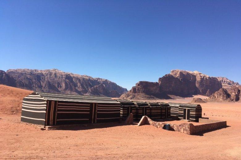 Noc w namiocie na pustyni to niezapomniane przeżycie