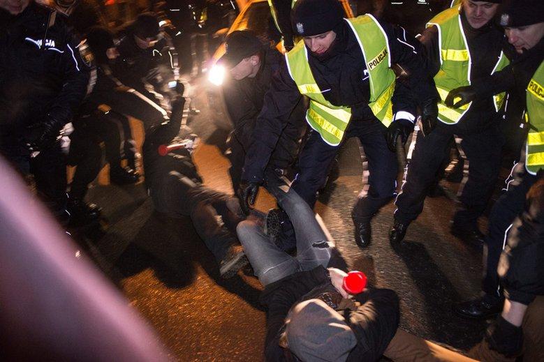 """Policjanci ujawniają, że jest nieformalny """"prikaz"""" na stanowcze działania wobec protestujących Polaków."""