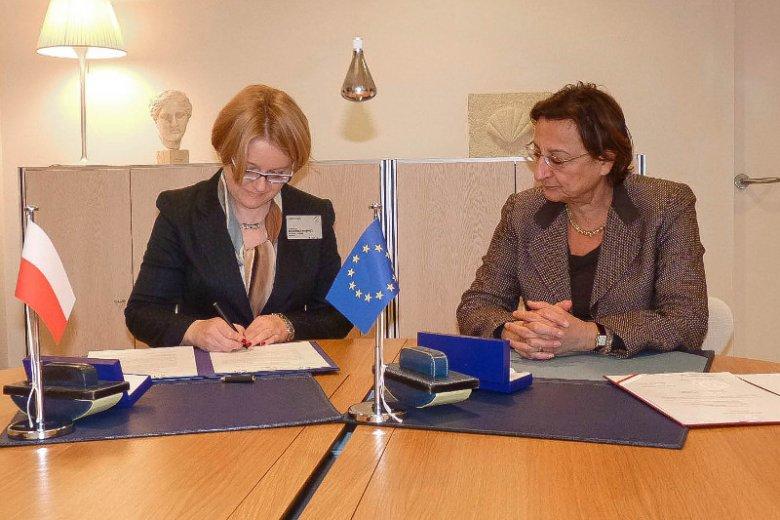Była pełnomocnik rządu ds. równego traktowania, Agnieszka Kozłowska-Rajewicz podpisuje konwencję antyprzemocową