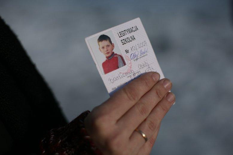 Sąd skazał księdza Stanisława K. na karę dwóch lat więzienia w zawieszeniu na 5 lat, uznając go winnym przyczynienia się do samobójstwa 13-letniego Bartka. Na zdjęciu z 2008 r. mama chłopca prezentuje legitymację syna, który targnął się na swoje życie.