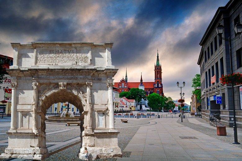 To oczywiście fotomontaż. Łuk Triumfalny miałby stanąć z okazji 100-lecia niepodległości Polski nie na prezentowanym tutaj Rynku Kościuszki lecz w parku Planty.