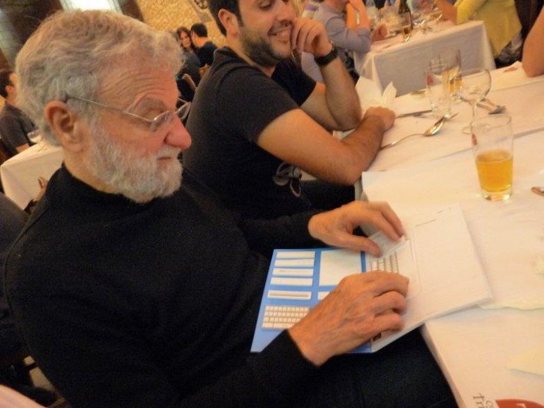 Don Norman z papierowym zestawem do prototypowania