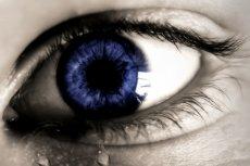 Zespół suchego oka może powodować m. in. niedostateczne wydzielanie łez. Objawy mogą być wtedy leczone tzw. sztucznymi łzami
