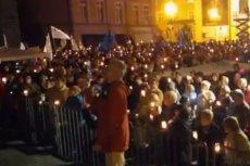 Znów Pl. Krasińskich zapełnił się protestującymi. Czują się oszukani przez Andrzeja Dudę. Protestowano też przed sądami w innych miasta.