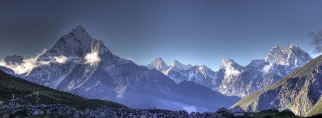 Panorama Ama Dablam - szczytu we wschodnich Himalajach wznoszącego się na wysokość ponad 6800m n.p.m.