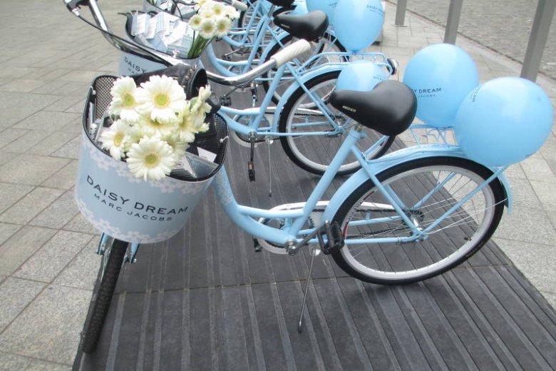 Rowery, balony i kwiaty. Lekkość, piękno i młodość w wersji charakterystycznej dla Marca Jacobsa