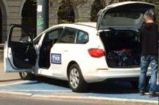 Pracownicy telewizji publicznej wzięli przykład z ministrów Beaty Szydło? Na zdjęciu widać, jak parkują na kopercie.
