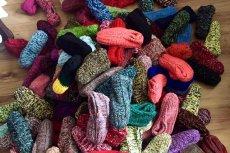 Pani Janina wpadła na pomysł robienia wełnianych kapci, w sprzedaży pomagają jej studenci.
