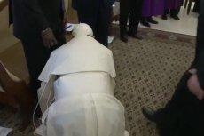 W czasie rekolekcji papież pocałował stopy sudańskich polityków.