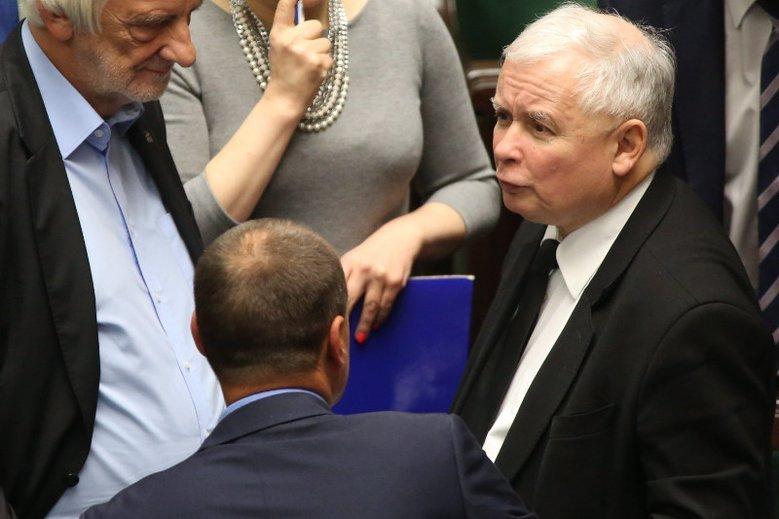Jarosław Kaczyński musi gasić coraz więcej pożarów na raz.