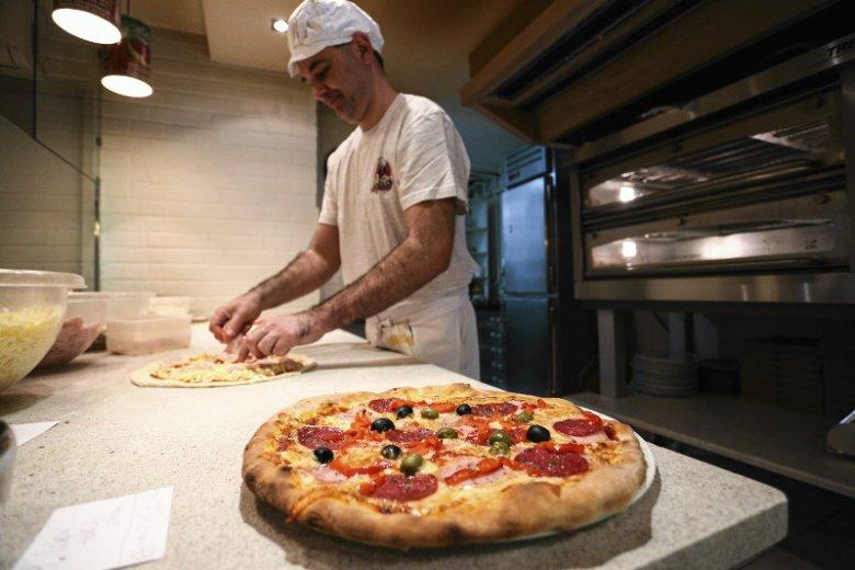 Średni koszt produkcji pizzy to około 6 zł.