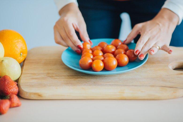 Ułóż pomidorki na talerzu...