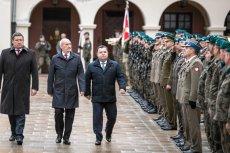 Antoni Macierewicz 2 lata temu wstrzymał przetarg na nowe mundury.