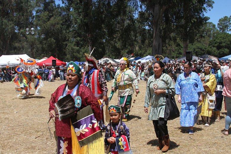 W tradycji Indian północnoamerykańskich pow-wow to wielki zjazd plemienny połączony ze zbiorowymi śpiewami, tańcami i innymi ceremoniami