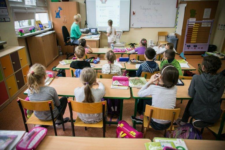 Od 1 września wszyscy nauczyciele, także terapeuci pracujący z dziećmi, muszą być zatrudniani na umowę o pracę, choćby na ułamek etatu.