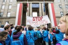 """Protest nauczycieli i związkowców """"Solidarności"""" przez gmachem Ministerstwa Edukacji Narodowej."""