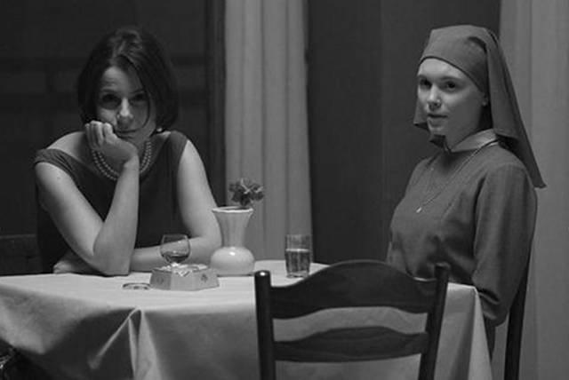 """Kadr z filmu """"Ida"""" w reżyserii Pawła Pawlikowskiego. Tytułową bohaterkę zagrała Agata Trzebuchowska"""