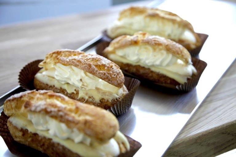 Eklery z ciasta parzonego z ręcznie robionymi kremami w różnych smakach, m.in. mango, pistacja czy śmietanki i chantilly