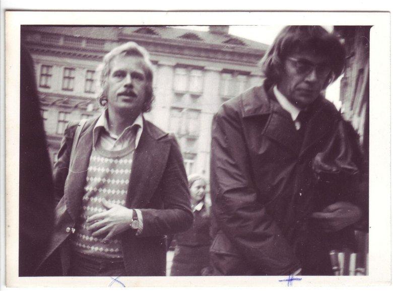 Havel i Jiří Němec przed budynkiem sądu 21.9.1976, sfotografowani przez służby bezpieczeństwa
