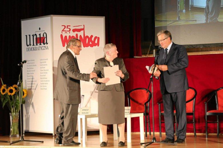 """Warszawa, 2014 rok. Konferencja """" Unia dla Polski """" dedykowana Tadeuszowi Mazowieckiemu/ Ludwika i Henryk Wujec oraz prezydent RP Bronisław Komorowski."""