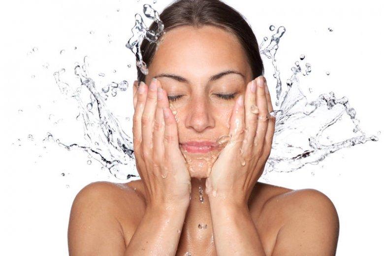 Mycie twarzy wodą z kranu dla niektórych jest niezastąpioną formą oczyszczania skóry twarzy. Niestety nie dla osób ze skórą suchą czy wrażliwą