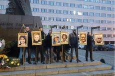 Narodowcy pikietowali w Katowicach i powiesili portrety polityków opozycji na szubienicach. Z portretem Michała Boniego stał pracownik ministerstwa sprawiedliwości.