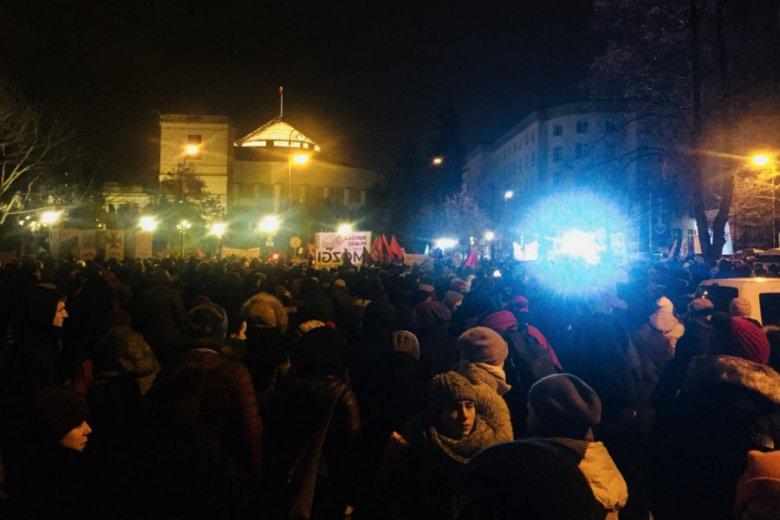 """Przed Sejmem i w kilku miastach Polski miały miejsce demonstracje po odrzuceniu projektu """"Ratujmy kobiety"""", liberalizującego przepisy aborcyjne."""