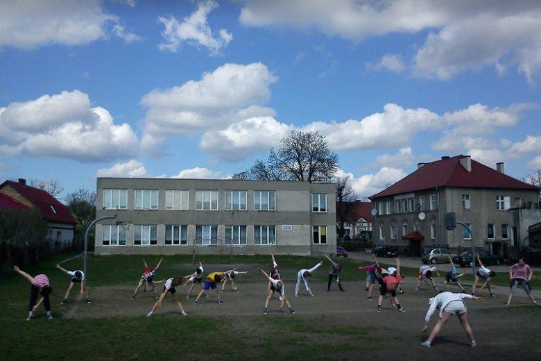 Szkoła w Sieniawie nie ma boiska i sali gimnastycznej. Rodzice sami zainicjowali budowę.