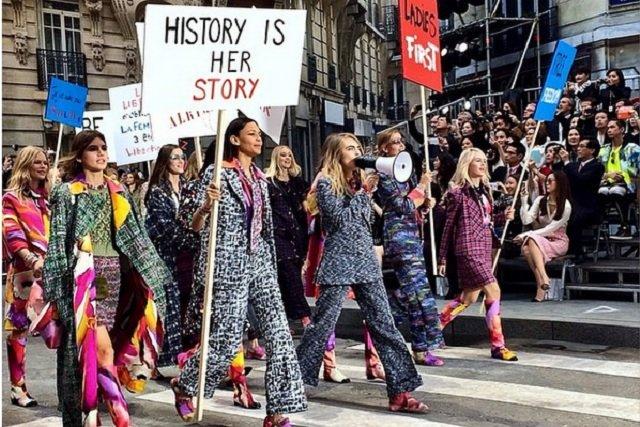 """Protest na pokazie Chanel: """"Feminizm najmodniejszym dodatkiem sezonu""""."""