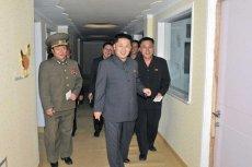 Starannie wycięte postacie Kim Dzong Una i jego urzędników wklejono na zdjęcie kliniki pediatrycznej.